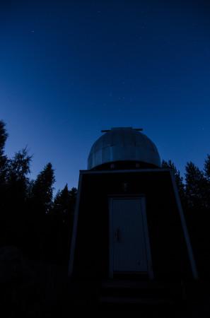Kassiopeia ja Kassiopeian Härkämäen tähtitorni.  Nikon D5100, 11mm/f2.8, ISO800, 5s.