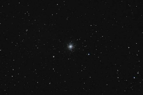 Messier 13 - Herkuleksen pallomainen tähtijoukko Nikon D5100, 200mm/f2.8, ISO3200, 59 x 1,3s