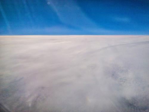 Vasemmalla alhaalla ala-aurinko, oikealla sateenkaaren väreissä sen alasivuaurinko