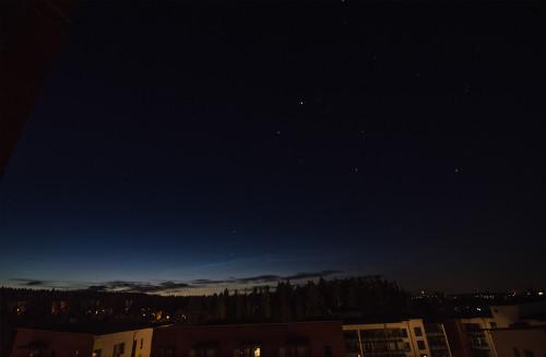 Himmeitä valaisevia yöpilviä Nikon D7100, 16mm/f2.8, ISO1600, pinottu 15 x 1/10s