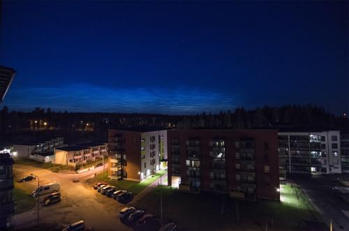 Valaisevia yöpilviä - kello 01:41 Nikon D7100, 11mm/f2.8, ISO2500, pinottu 6 x 1/13s