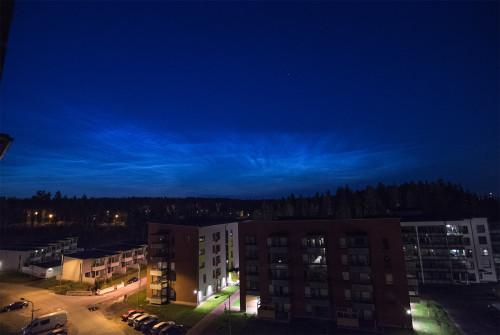 Valaisevia yöpilviä - kello 02:23 Nikon D7100, 11mm/f2.8, ISO2500, pinottu 6 x 1/13s