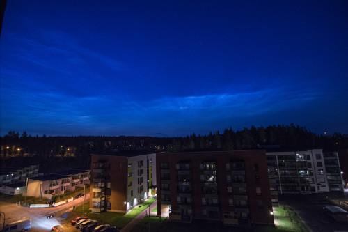 Valaisevia yöpilviä - kello 02:44 Nikon D7100, 11mm/f2.8, ISO2500, pinottu 6 x 1/13s