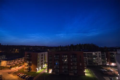 Valaisevia yöpilviä - kello 03:01 Nikon D7100, 11mm/f2.8, ISO2500, pinottu 6 x 1/13s