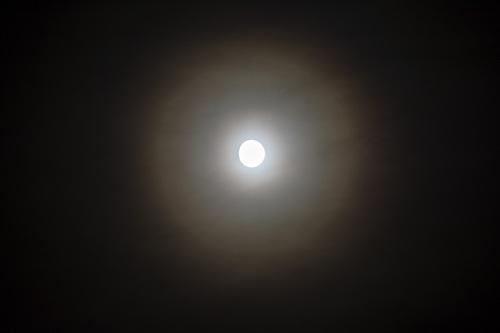 Kuu ja kaksi kehää Nikon D7100, 140mm/f7.1, ISO200, 1/2s